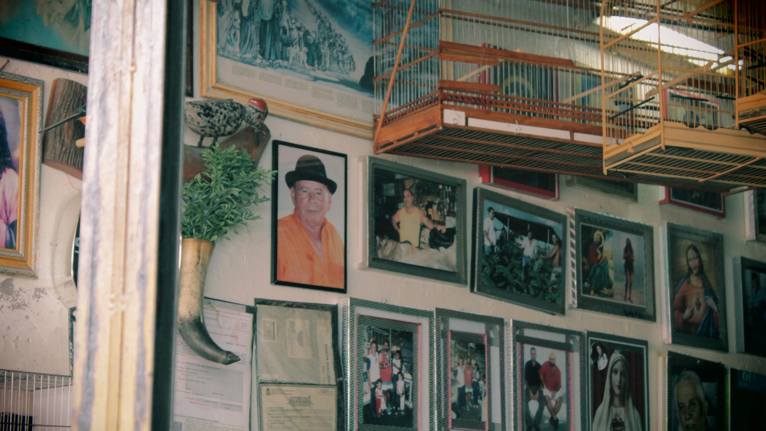 Mural de fotos em estabelecimento que mostra o comércio sendo passado de geração em geração