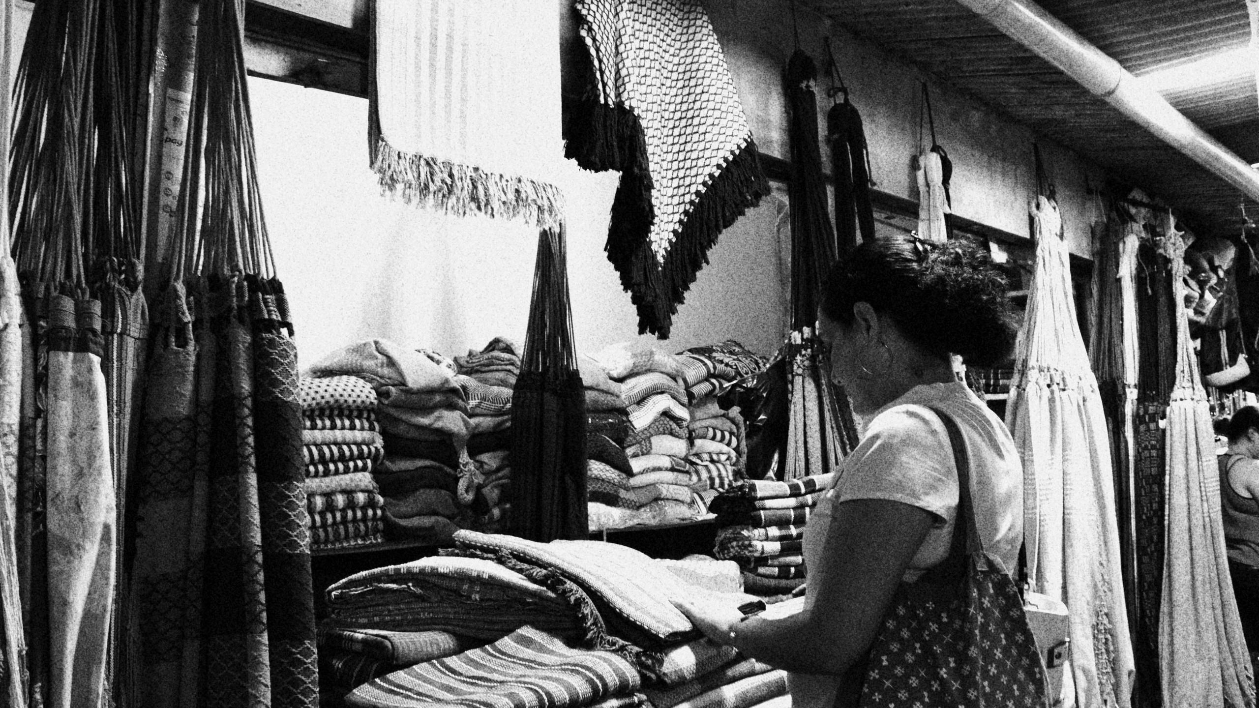 Mulher escolhe uma rede, um dos produtos símbolo da cultura do Nordeste