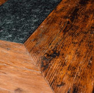 Fichten-Altholz-Tisch mit Granit
