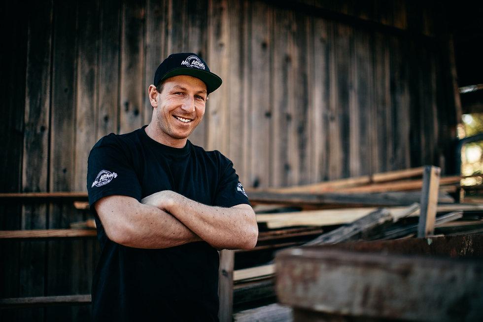 Im Bild: Mario Reisinger vor seiner Werkstatt im Tennengau