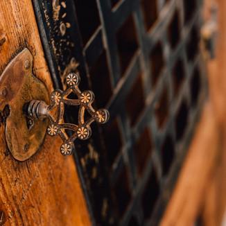 Gotischer Schrank in moderner Bauweise