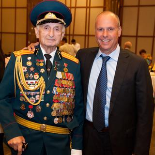 עופר קרז'נר עם וטרן צבא אוקראינה