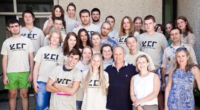 צילום קבוצתי עם עופר קרז'נר וגרעין צבר