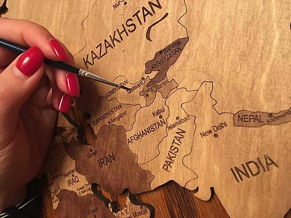 Раскраска деревянной карты мира кисточкой