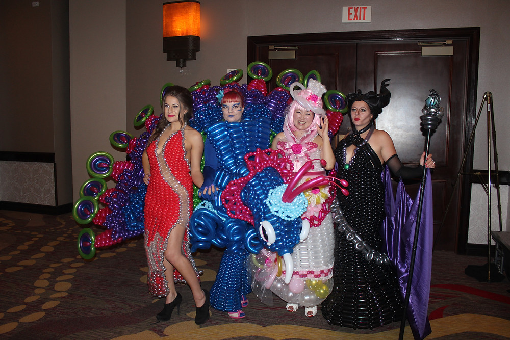 כישרונות בין לאומיים מציגים שמלות בלונים מרהיבות