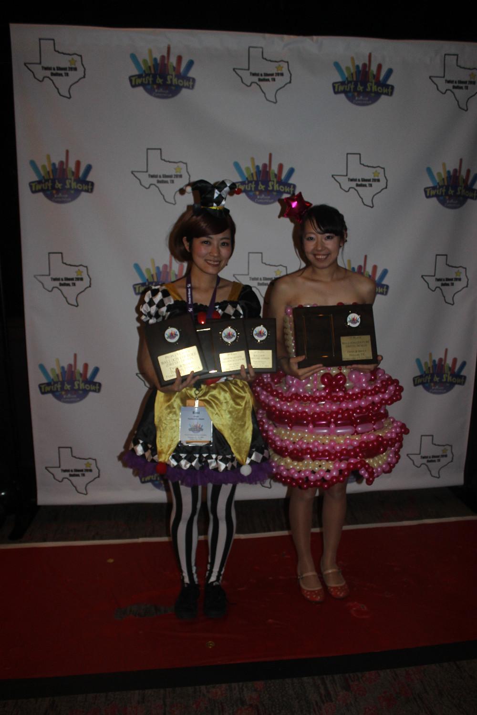 הזוכות הגדולות בתחרותשמלות מבלונים הגיעו כל הדרך מיפן
