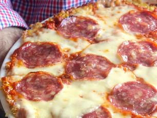 """""""Pizza"""" de Brócolos com Mozarella e Salame"""