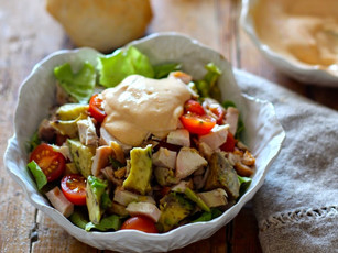 Salada de Frango com Abacate, Tomate e Molho Rosa de Iogurte