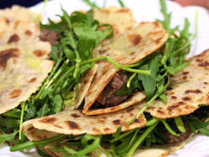 Chilli Rápido com Feijão preto em Tortilhas com Rucula e Abacate