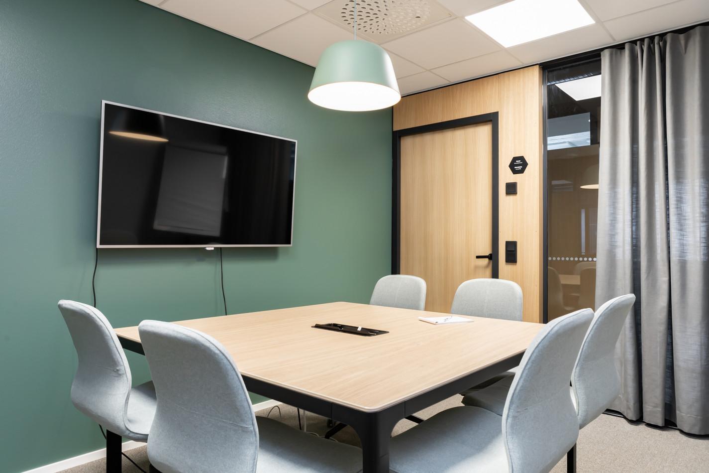 Toimiston sisustussuunnittelu - Neuvotteluhuone vihreä