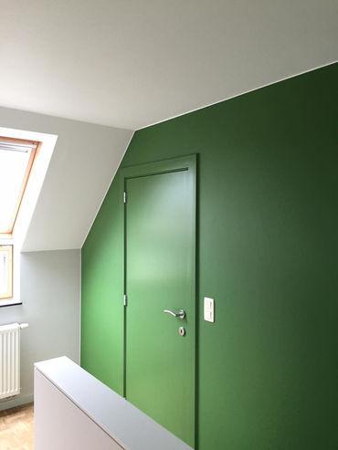 Project in Overpelt met muurtekst en geschilderde klok