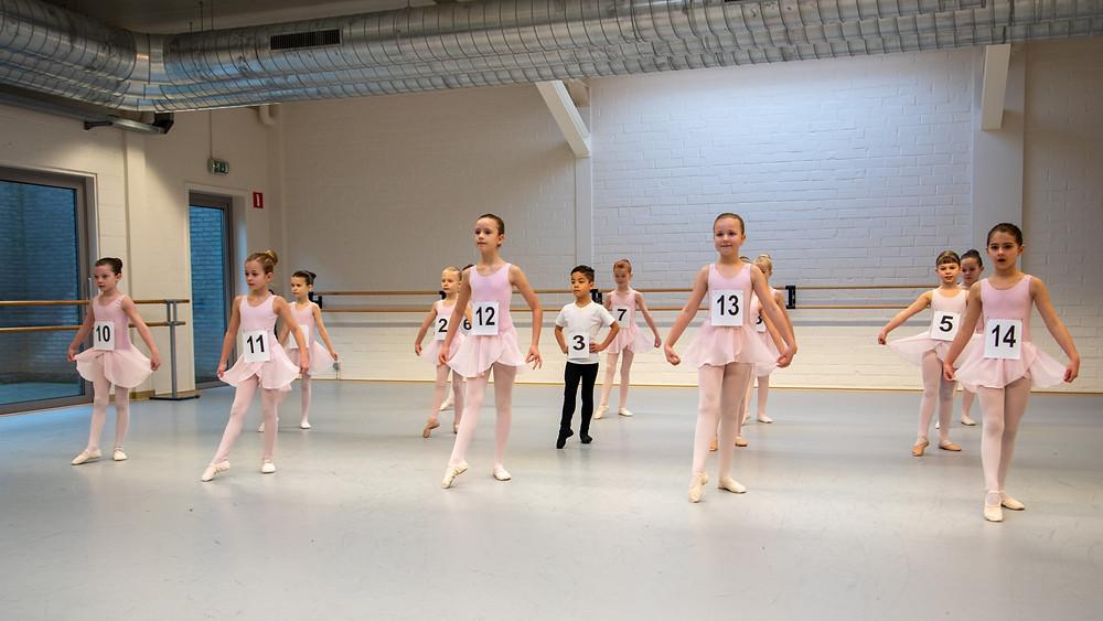 Ballet dansers voeren een tendu oefening uit.