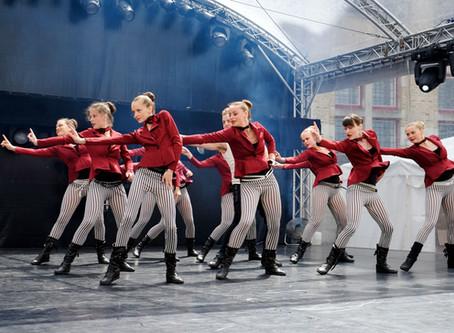 Dansstudio Indigo treedt op tijdens 'Roeselare Danst'..DANCESTUDIO INDIGO PERFORMS at &#