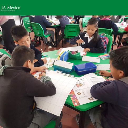 Junto a voluntarios de Corporación Zapata impartimos el Programa de Educación Básica Empresarial.