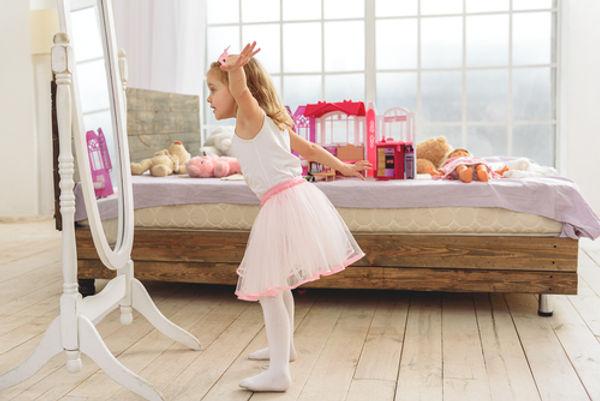Petite fille devant le miroir