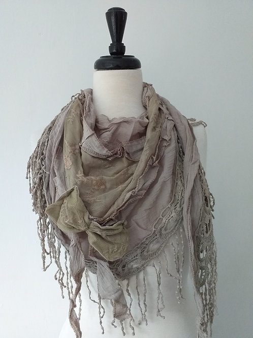 Triangular rustic scarf with lace