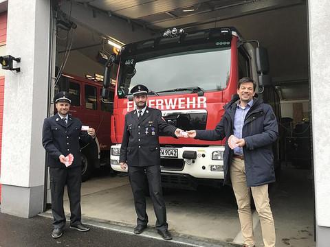 Feuerwehrdienstausweise überreicht