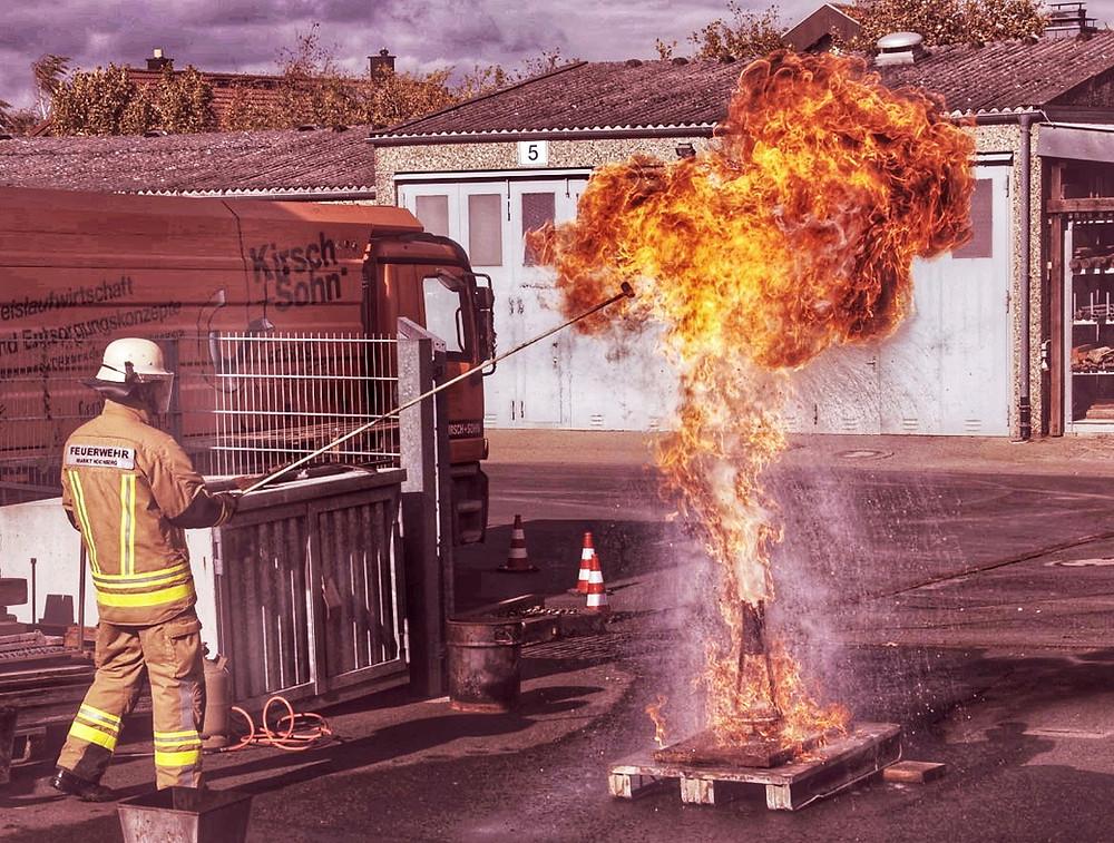 Vorführung einer Fettbrandexplosion