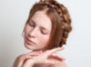 Стильная прическа, аккуратный маникюр и подходящий макияж – неотъемлемые компоненты для создания удачного и привлекательного образа.