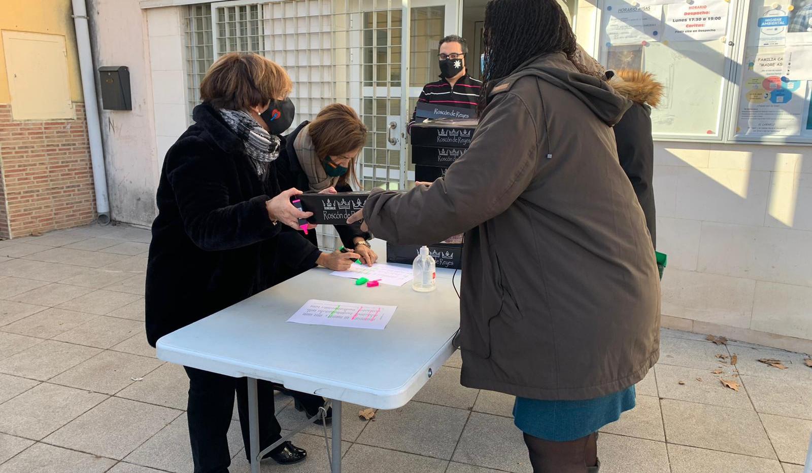 Voluntarios entregando roscones a las familias
