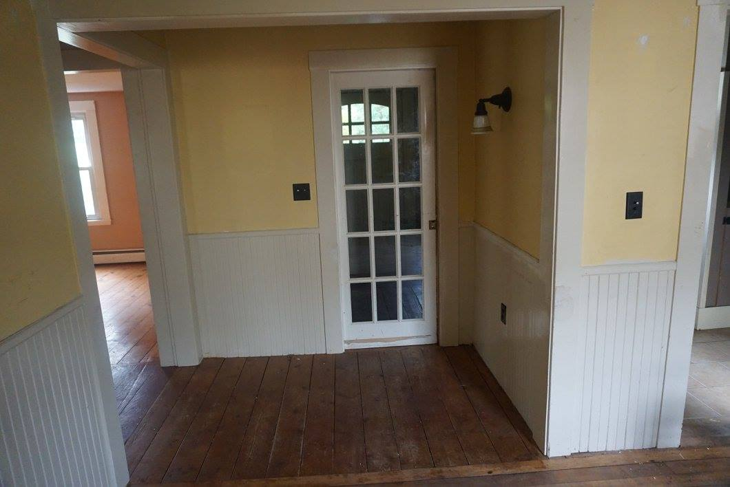 The entrance from the mudroom into the middle area between the parlor and the klitchen