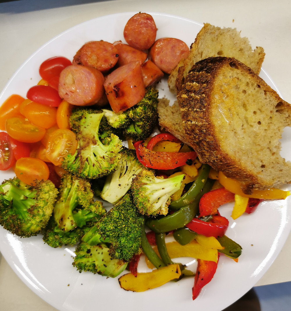 Dinner plate with roasted bell pepper and broccoli