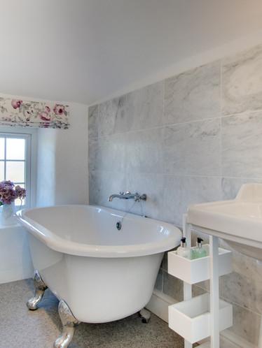 Farley Cottage - master bedroom ensuite