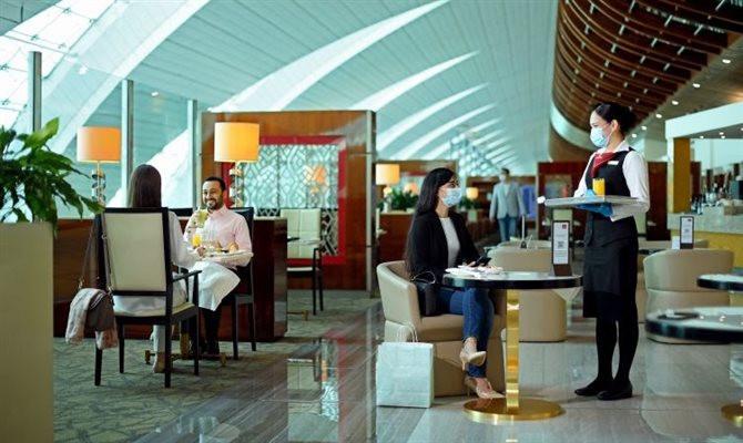 O primeiro longe Emirates reaberto foi o Aeroporto Internacional do Cairo, no Egito