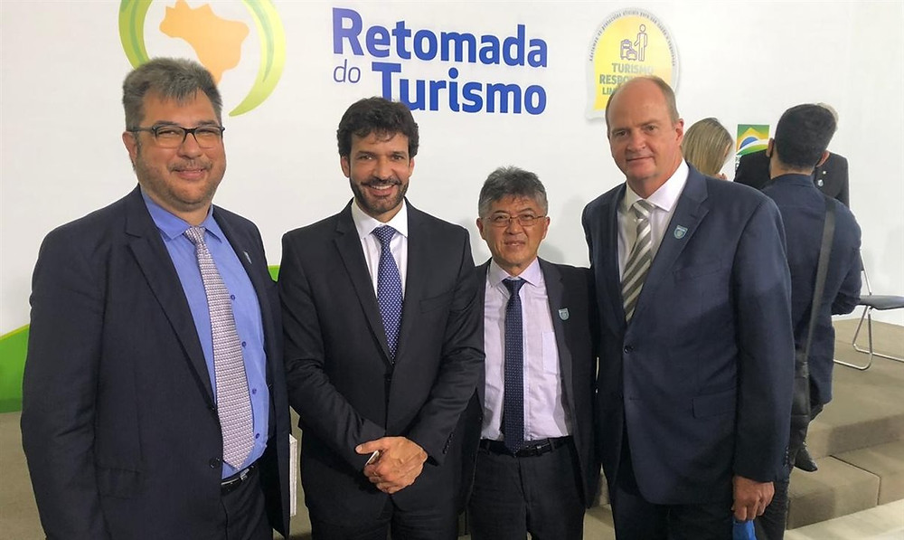 Roberto Nedelciu, da Braztoa, ministro Marcelo Álvaro Antônio, Gervásio Tanabe, da Abracorp, e Ralf Aasmann, da Air Tkt