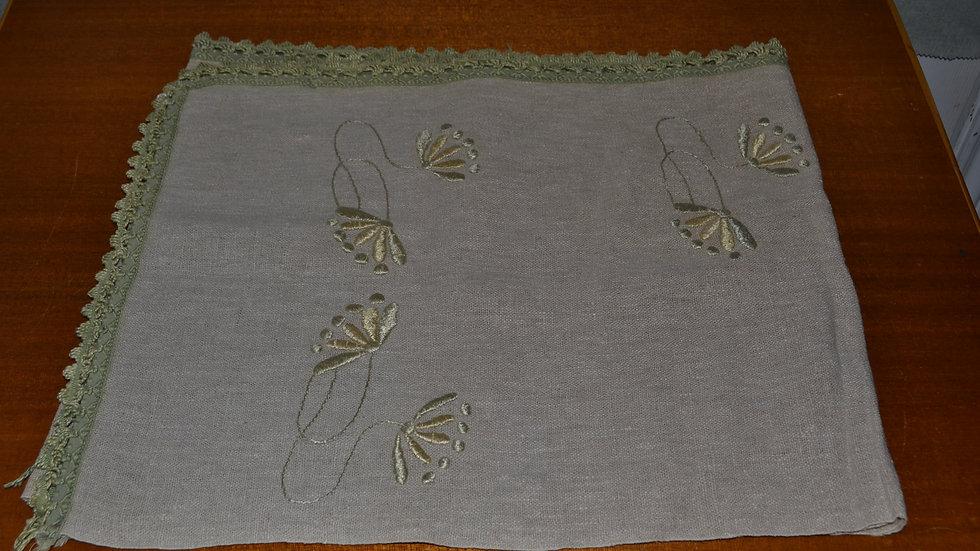 Runner linen, floral design fringe on 3 sides (intentionally)