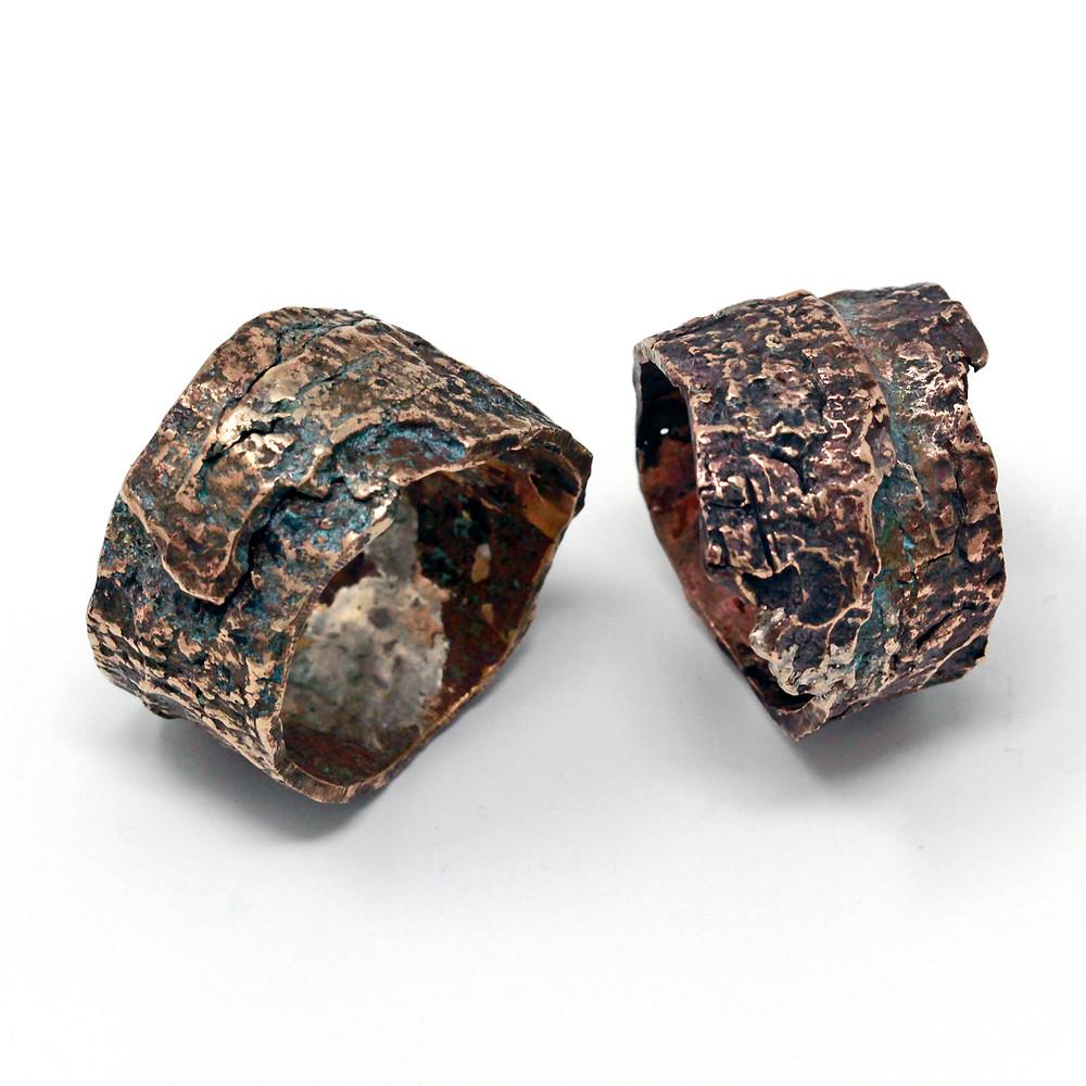 Microfficina gioielli artigianali contemporanei. Anelli a fascia in bronzo