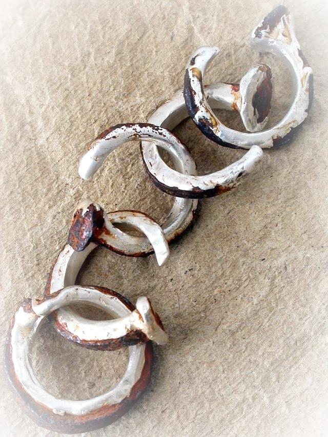 Anelli in argento puro e vecchi chiodi in ferro. Gioielli artigianali