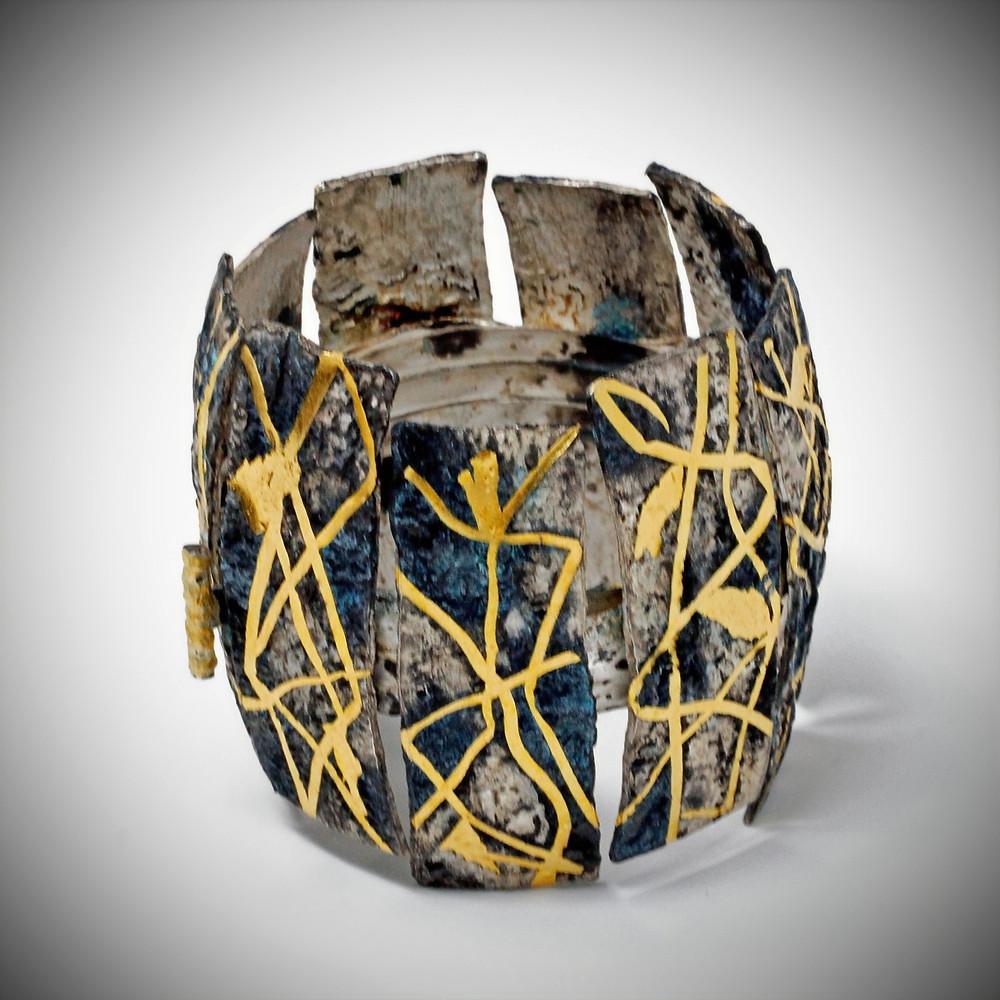 Gioielli contemporanei. Bracciale in argento 800%, oro puro, patine