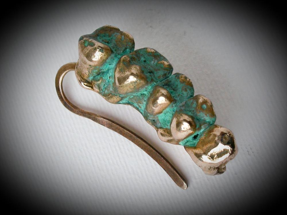 Arte da indossare. Orecchino in bronzo patinato. Gioielli Contemporanei