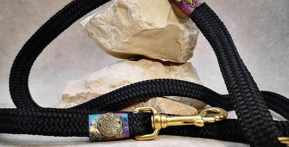 L 22  ARTIST Leine - schwarz mit Beere, türkis  und  gold  140  cm