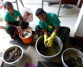Kräuter auspressen für Ayurveda-Öl