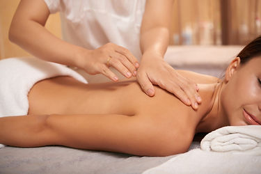 jovem-mulher-voltar-massagem-no-salao-sp