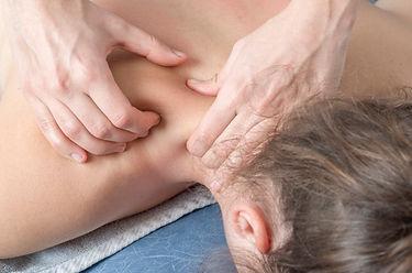 fisioterapeuta-quiropratico-dando-uma-ma