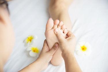 mulher-recebendo-pe-massagem-servico-de-