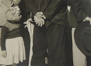 Menina e mãos, 1945.JPG