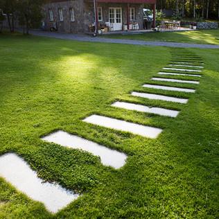Askelkivet nurmikolla