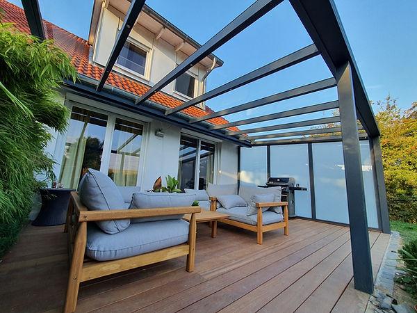 Terrassenüberdachung Glas mit Markise. Seitenwand aus Milchglas.