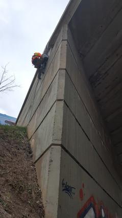 Zednické práce na silničním mostě