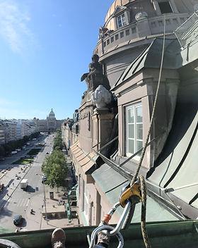 Čištění okapů na Václavském náměstí