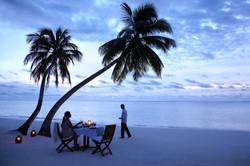 Romatic-dinner-on-the-beach