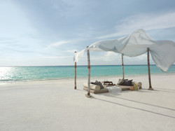 Dine-by-Design-set-up-on-the-beach-daytime