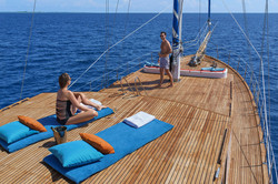 horizon yacht - front deck guests with champagne D