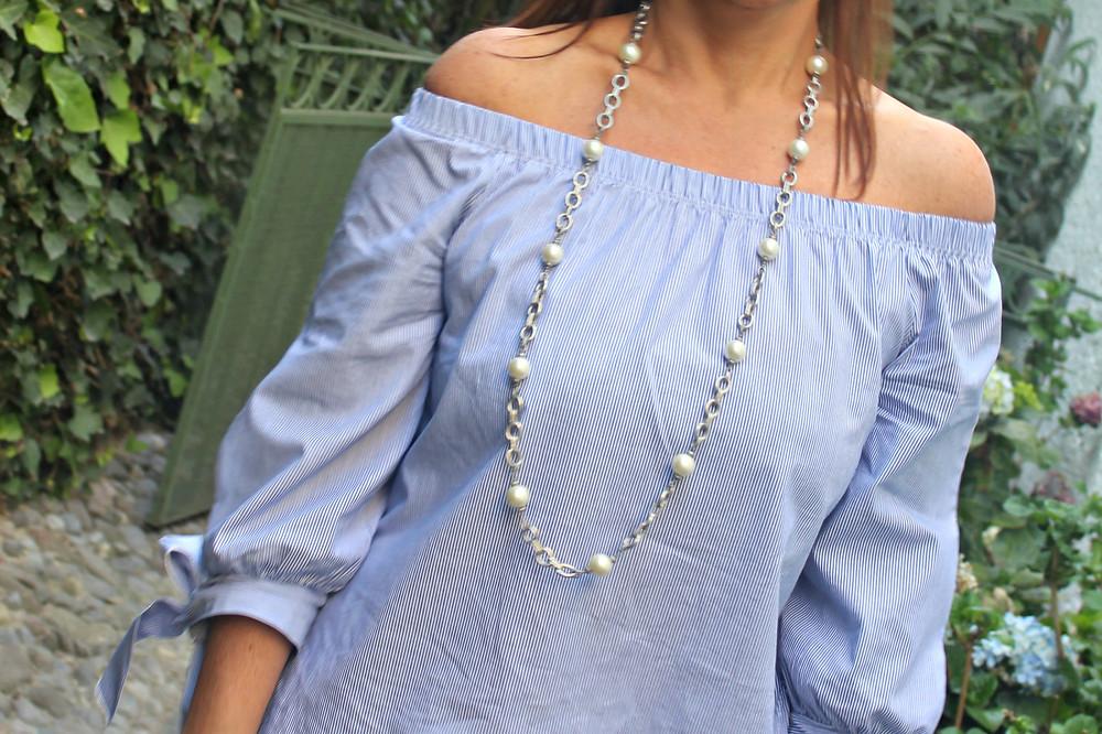 Collar de cadena plateada con perlas