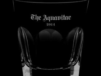 バカラグラスに名入れ「命の水」。