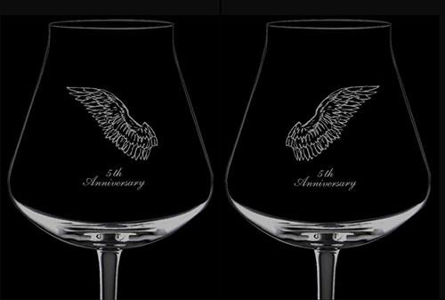 ワイングラスに刻む一対の羽